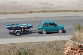 Fiat 126 avec une remorque